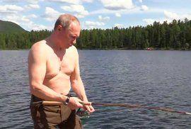 Akční hrdina Putin: Odhalené tělo, dvě hodiny boje se štikou v jezeře a ruský ministr…