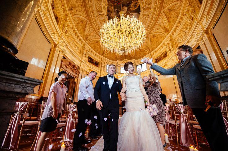 Chateau Liblice. Свадебный фотограф в Чехии: свадебная церемония, выездная регистрация, свадьба в замке, гости на свадьбе,  встреча молодоженов, лепестки роз, парадный зал Либлице