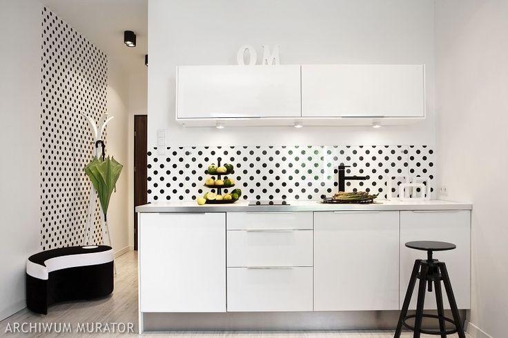 <p>Dobry pomysł może odmienić małe mieszkanie - nawet ciemną, nieforemną kawalerkę. Dzięki ciekawym fakturom i połączeniom kolorystycznym małe mieszkanie stało się przyjaznym i funkcjonalnym lokum.</p>
