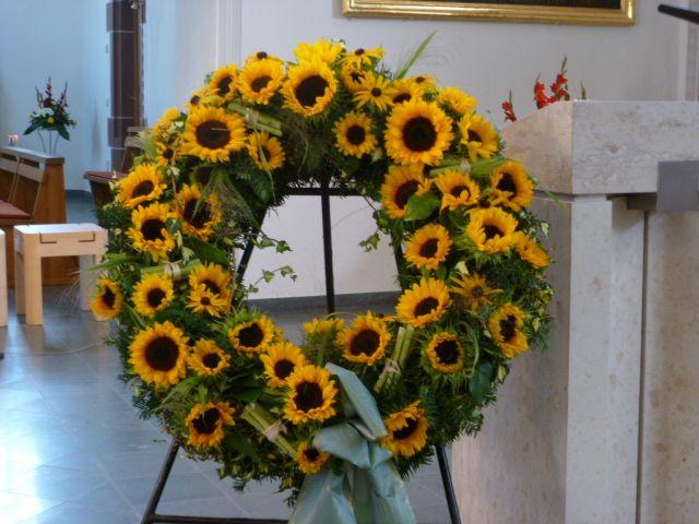 Trauerkranz rundgesteckt mit Sonnenblumen. www.ginkgo-wyhl.de
