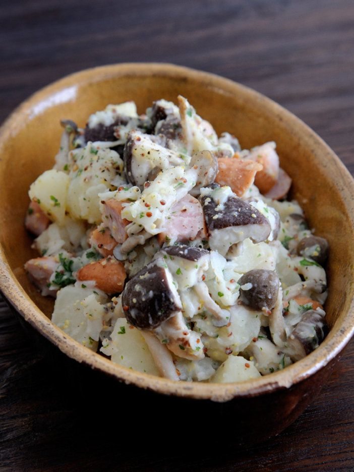 じゃがいものシンプルサラダにきのこをプラスして秋味に|『ELLE a table』はおしゃれで簡単なレシピが満載!