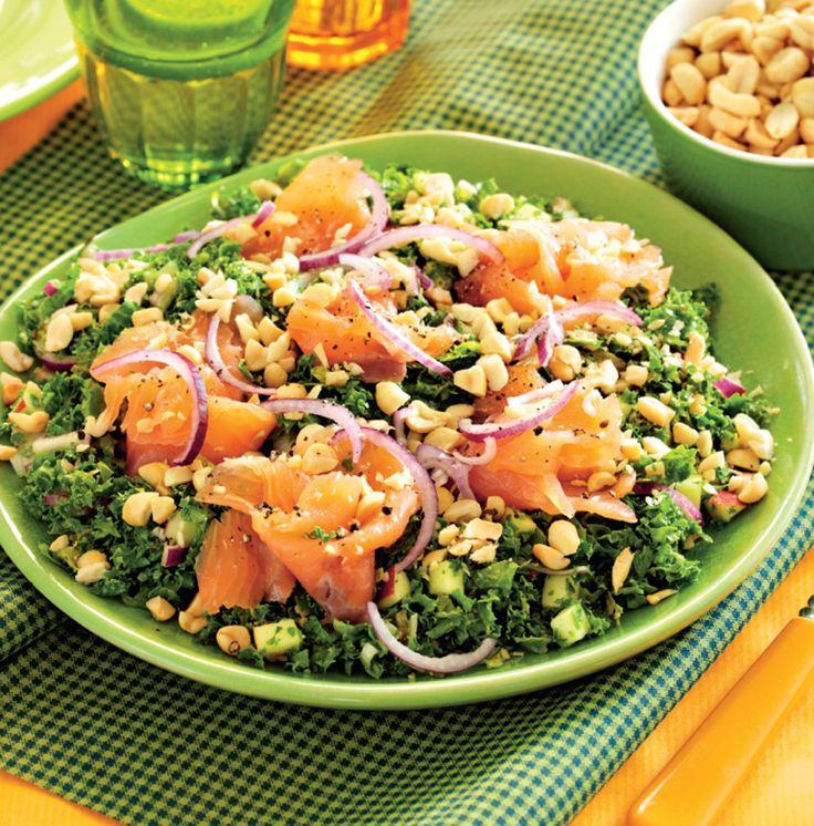 Lækker LCHF-middagsret med laks, grønkål og peanuts. LCHF-salaten er både glutenfri og mælkefri.