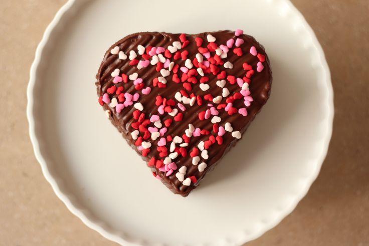 Torta de Blondy (4 porciones)  Corazón cubierto con suave chocolate y relleno de arequipe, con pequeños corazones de azúcar en colores.
