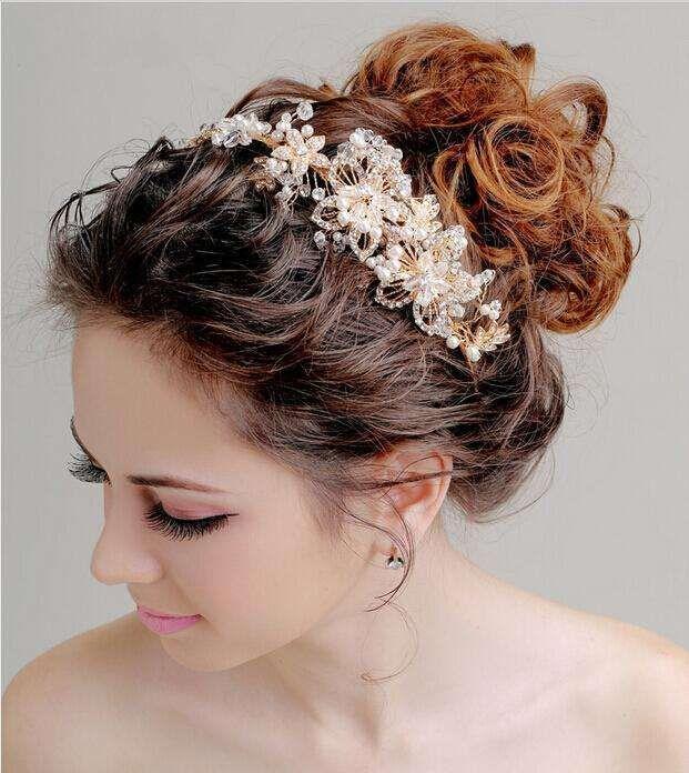 Idee acconciature da sposa con la tiara - Chignon alto con tiara