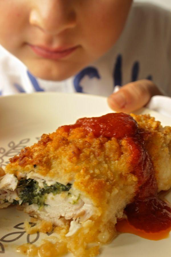 500g spinaci freschi-1/2 cipollina-125 g mozzarella-120g robiola-50g parmigiano-10 fette petto di pollo (circa 900g)-100g crakers tipo tuc o ritz Tritati-2 uova-50g burro-sale- pepe----appassire mezza cipolla tritata, poco olio,spinaci salate. crakers con 25g formaggio; battere le uova con sale e pepe. spinaci con robiola, la mozzarella a pezzetti, parmigiano, sale e pepe.ripieno sulle fette di carne, arrotolate. ripassate nell' uovo poi nei crakers. burro in superficie  a 190° 20 minuti.