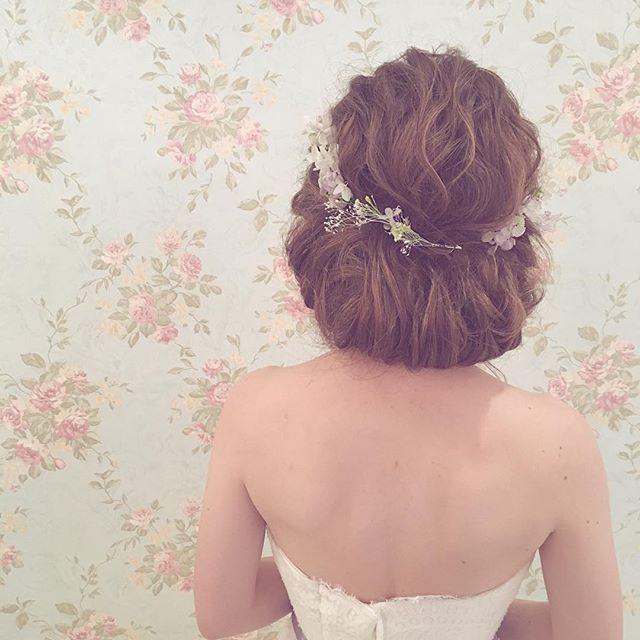 * 花かんむりヘア * ミニドレスに似合うシニヨンの髪型の参考♡