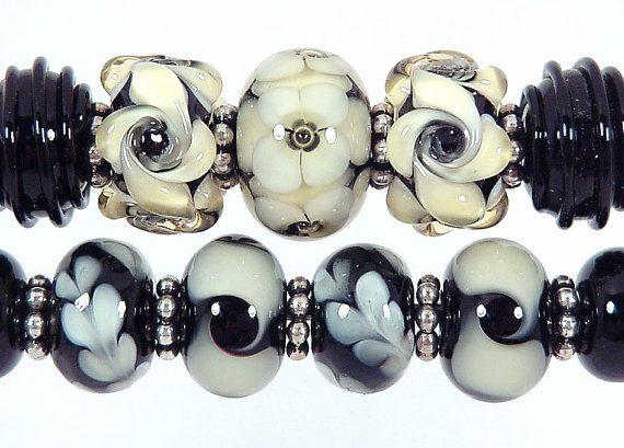 Diese elegante Champagner-Lady-Lampwork-Beads kombinieren schwarz und Champagner in diesen schön detaillierte Perlen. Bitte beachten Sie:  Diese Perlen sind MADE TO ORDER. Bitte erlauben Sie 7-10 Werktage. Ich werde Sie kontaktieren, wenn sie abgeschlossen sind. Ich versuche, diesen Zeitplan zu halten, aber verstehen, dass die Durchlaufzeit meine aktuelle Arbeitsbelastung abhängig ist. Ich arbeite in Reihenfolge empfangen. Ich will dich mit Ihren Perlen, glücklich zu sein, so will ich nicht…