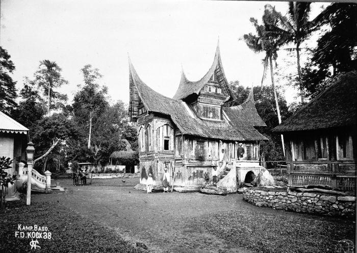 Berkas:COLLECTIE TROPENMUSEUM Een rumah gadang in kampong Baso bij Fort de Kock TMnr 60004126.jpg