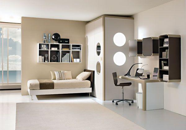 Una de las habitaciones más bonitas de la casa. De tamaño mediano, con una cama, un armario y muchos estantes. La recepción es moderna y confortable. Muy cómoda y acogedora, con paredes de color claro, aquì podes dormir y también estudiar (si queremos)