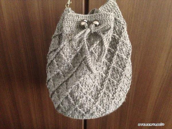 以前から編んでいた巾着バッグ、完成したので編み図アップします^^底の直径約20㎝、高さが約25㎝とけっこう大きめのバッグに仕上がりました。トルソーに持たせてみました^^ちょっと写真が暗いですが、これでサイズ感わかればいい