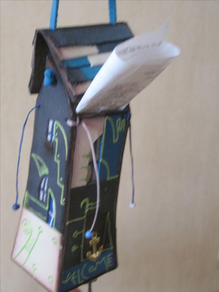 """Сувенир """"Сумка-домик"""", высота 13 см  Натуральная кожа. Крыша домика поднимается и в изделие можно складывать мелочь, бумажные купюры, записи. Прекрасно впишется в интерьер детской комнаты, где Ваш ребенок может хранить деньги на карманные расходы. Часто приобретают в подарок автомобилистам: используется как подвес на зеркало заднего вида. Для кассовых чеков, мелких деталей и т.п.  Размеры: 5 см * 13 см"""