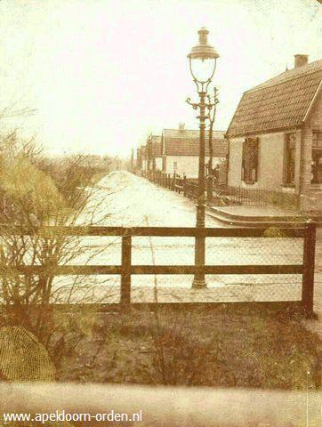 Zicht van de Asselsestraat op de Schotweg (later Staringlaan en daarna de Henry Dunantlaan) Rechts loodgieter van Tongeren , Asselsestraat 240.