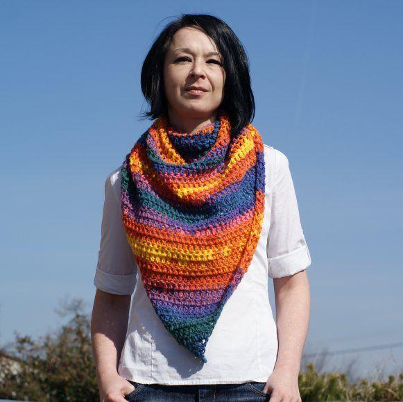 Trojuholníková háčkovaná šatka v dúhových farbách…