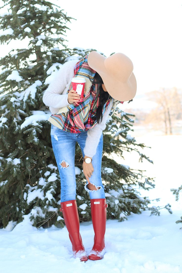 Skinnies, sweater, plaid blanket scarf, floppy felt boho hat, hunter boots. Adorable! But I'd like it better if the jeans weren't distressed