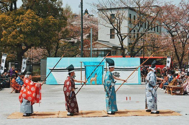 """Dalam beberapa post kedepan saya akan berbagi foto salah satu seni panahan tradisional di Jepang. Namanya Kyūdō. Kebetulan saya tidak sengaja menemukan pertunjukan Kyudo ini di dekat Taman Sumida ditepi Sungai Sumida . Apa itu Kyudo? Yang jelas Fokus dalam olahraga""""Kyudo"""" bukan merupakan sesuatu hal untuk """"mencapai target"""" tetapi juga menemukan kedamaian batin dan menerapkan disiplin yang tepat untuk pikiran dan tubuh. Saya akan menceritakan lebih detail mengenai seni panahan kuni jepang ini…"""