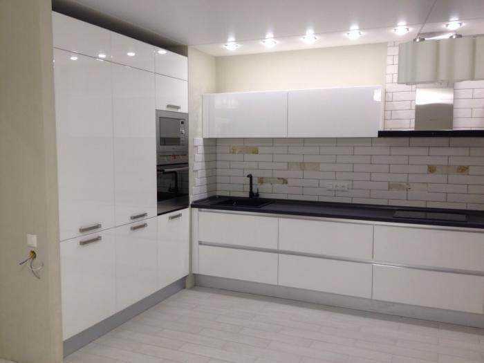 Белая кухня, потолок встроенные светильники