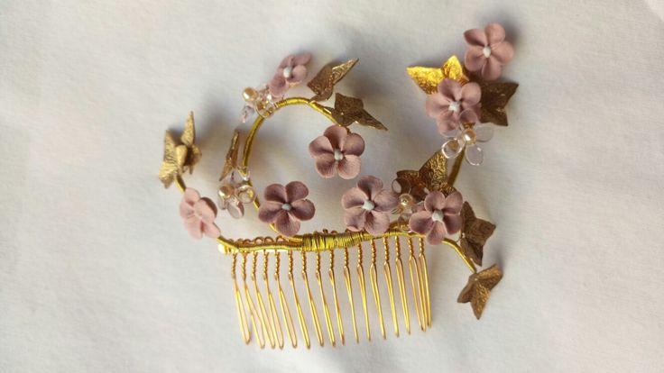 Peigne en laiton doré et fleurs en porcelaine