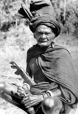 man met kris op Soemba 1943