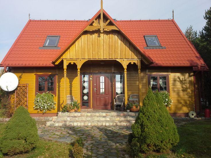 Sprzedam całoroczny  dom  drewniany w miejscowości Lipusz. Na zewnątrz dom wykończony kamieniem łupanym oraz polnym,  nawiązujący stylistyką do regionu. Dom o powierzchni 140 m2, na działce 1540 m2. działka zagospodarowana, częściowo zalesiona ok. 30 letn
