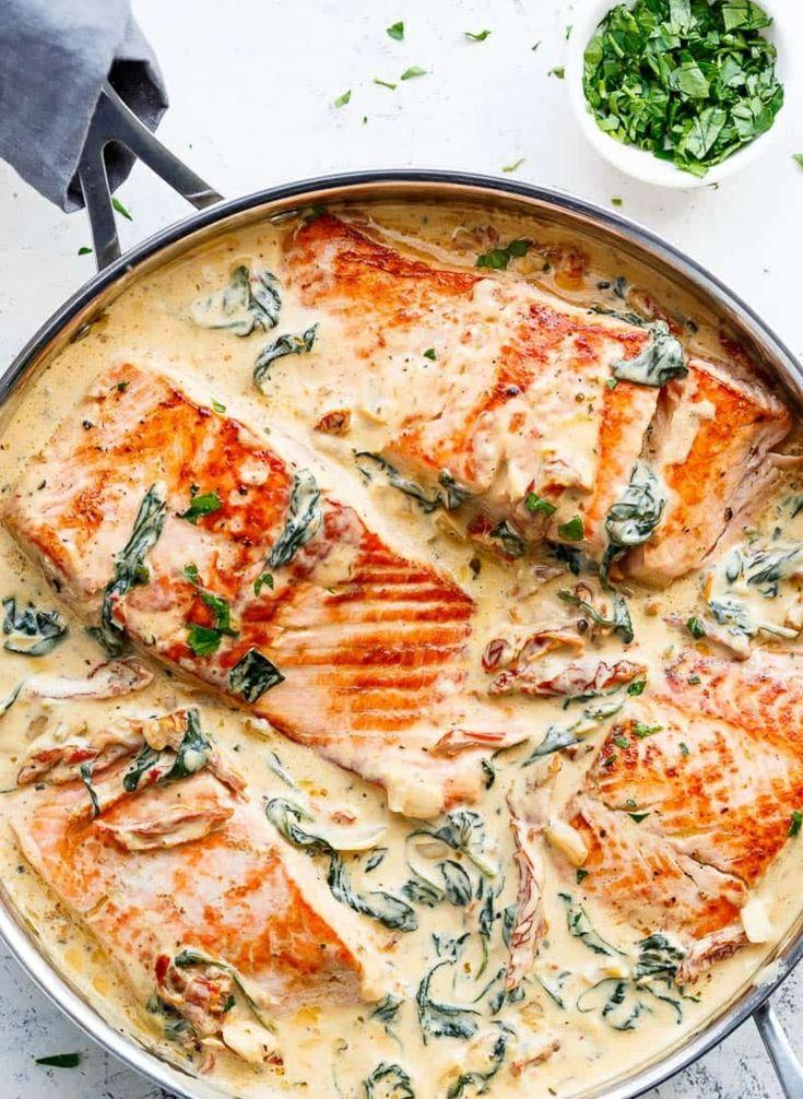 Rezept für Lachs in cremiger Sahnesauce mit Spinat, getrockneten Tomaten und Knoblauch