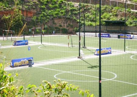 Alquiler de cancha de fútbol por 1 hora por Bs. 250 en el Centro Futsal La Guacamaya