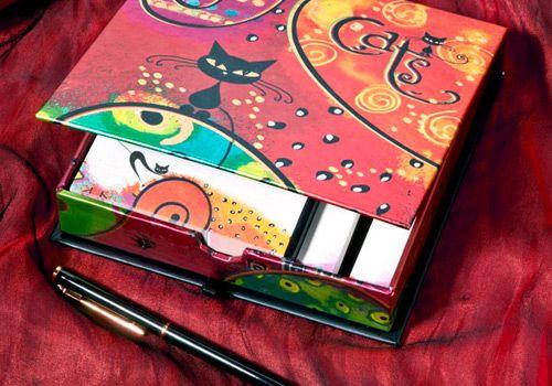 Caja de mini esquelas, 100 hojas de papel color crema impreso a todo color, cubierta con acabado en folia, incluye 200 mini post it. Tamano 14,5 x 14,5 cms. Incluye mini lapicera.