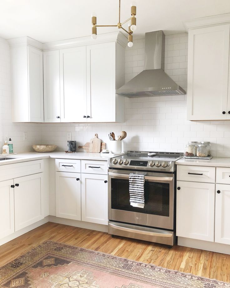 Placard Cuisine Blanc: White Kitchen Cabinets, Black Knobs, Stainless Steel