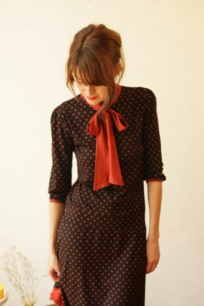 Feines, elegantes Kleid aus weich fallendem  Pünktchenjersey in schwarz und rostrot, mit einem leuchtend rostroten Schleifenkragen zum Binden und schm