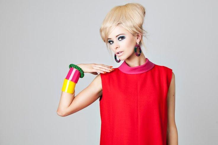 Gioielli Donna Anni '60  Cominciarono ad affermarsi orecchini dalle forme geometriche e occhiali non convenzionali, dando origine a uno stile stravagante. Le donne potevano mostrare la loro individualità scegliendo combinazioni bizzarre, nuovi tagli di capelli, e divennero popolari le modelle esili come la famosa Twiggy. Addosso a ragazze così fragili i grandi gioielli anni '60 apparivano ancora più alieni.