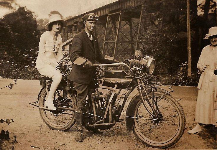 Pareja en una motocicleta india. USA, 1916.