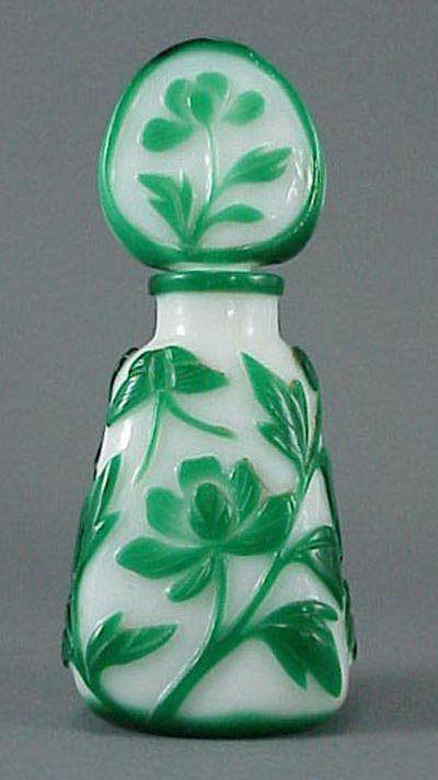 298: El vidrio camafeo verde chino botella de perfume de la mariposa: Lote 298