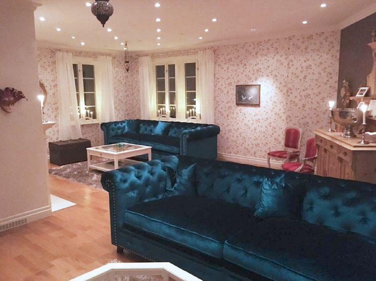 Blå Buffeln chesterfieldsoffa. Chesterfield, soffa, sammet, djup, stor, rymlig, möbler, inredning, vardagsrum, nitar, silver, guld, krom, mässing, antik.