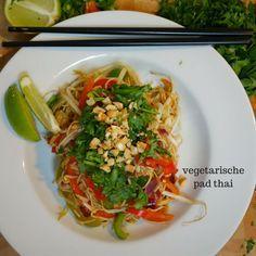 Pad thai is een bekend Thais gerecht dat je écht overal in Thailand kunt eten. Het bekende gerecht bestaat in ieder geval altijd uit taugé, limoen, nootjes en noedels en wordt meestal aangevuld met ei, tofu, kip of varkensvlees. Mijn pad thai recept is vega én vegan met een vleugje koriander voor de liefhebber.