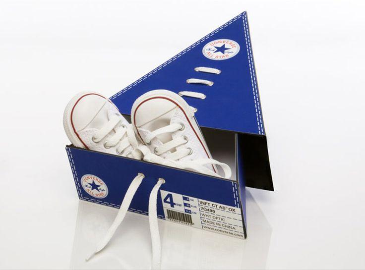 Дизайнер из Сан Франциско Ronny Poon создал проект оригинальной развивающей упаковки для детской обуви Converse марки Baby Star. Упаковка представляет из себя треугольную коробку пенальной конструкции — основная коробка-лоток с кедами вставляется в наружную коробку. Закрывается коробка шнурками, по замыслу автора это и есть развивающий элемент, шнуровать обувь ребенок будет учиться на коробке.  http://am.antech.ru/1XGO