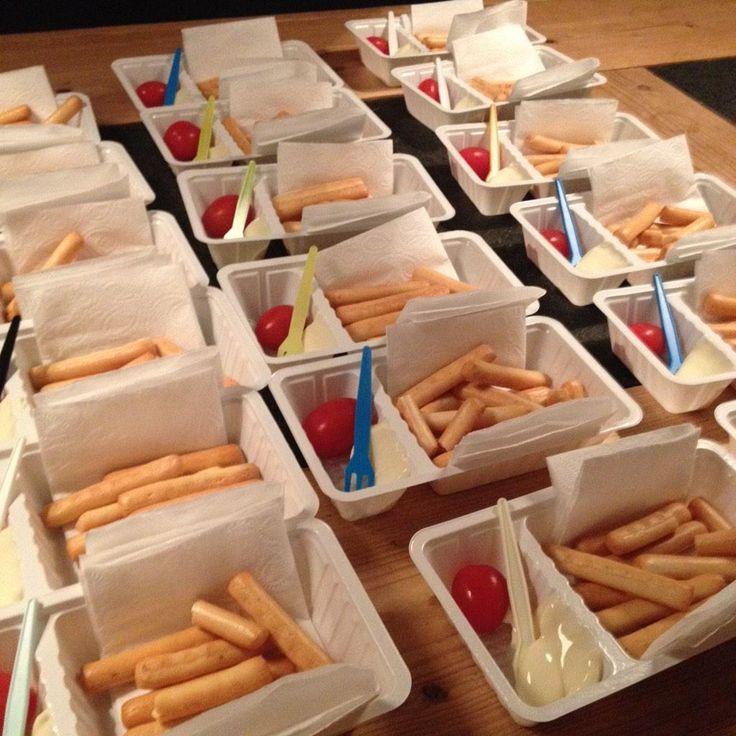 """Kleine soepstengels, smeerkees + kerstomaat RT @gonniespijkstra: De crèche vroeg om """"een gezonde traktatie"""". #gniffel"""