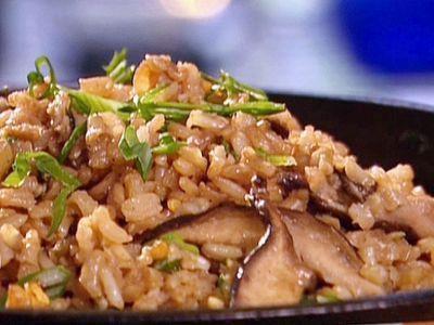 Pilaf de hribi Hribii se pot prepara la cuptor cu sos, dar le fel de gustosi sunt cu orez. Iata cum se prepara pilaful de hribi:Ingrediente: - 150 grame hribi (manatarci), - 1 1/2 ceasca de orez, - 2 cepe, - 3 Iinguri de ulei, - o lingura de bulion, - sare, - piper....