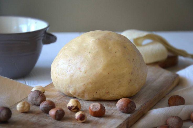 Se si è in cerca di un'ottima variante alla classica pasta frolla allora la ricetta giusta è la pasta frolla alle nocciole. Versatile e gustosa,