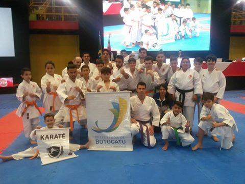 AAB: Karatecas de Botucatu se destacam no Campeonato Paulista de Karatê - Os karatecas de Botucatu mais uma vez se destacaram no Campeonato Paulista de Karatê Interestilos, realizado neste domingo, dia 18, no ginásio poliesportivo Mauro Pinheiro, o Ibirapuera, em São Paulo.No total, os botucatuenses conquistaram 30 medalhas, sendo 14 de ouro, 7 de prata e 9 de bro - http://acontecebotucatu.com.br/esportes/aab-karatecas-de-botucatu-se-destacam-no-campeonato-paulista-de-k