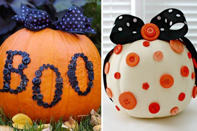 Si vous aimez le bricolage ou la couture, vous avez certainement quelques boutons de trop qui traînent. Utilisez-les pour décorer votre citrouille avec vos enfants. Ce sera facile et vraiment joli.