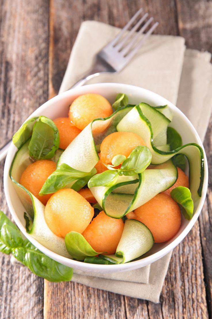 Idée de recette d'entrée : salade melon concombre  Une entrée ultra light : Salade de melon et de concombre à la menthe  Ensemble, le melon et le concombre constituent un cocktail 100% hydratation (et 100% légèreté). N'hésitez pas à ajouter de la coriandre en grains, quelques baies roses et même des graines de fenouil pour forcer sur le goût !  Ingrédients pour 4 pers.  1 gros melon  2 concombres  quelques feuilles de menthe fraîche  sel, poivre  La suite de la recette sur aufeminin