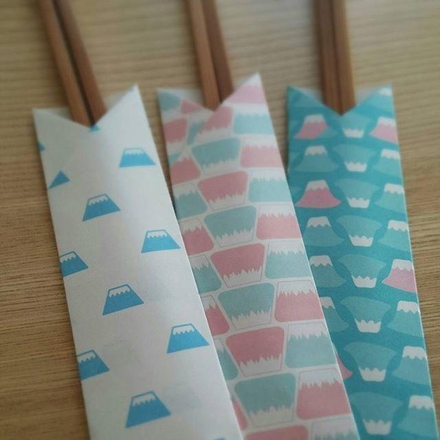 お弁当や会食などに必須のアイテム、箸袋。そんな箸袋、実はとっても簡単に作ることができるんです。おうちにある折り紙やご祝儀袋でチャレンジ!おもてなしにもぴったりな、箸袋の折り方をご紹介します。