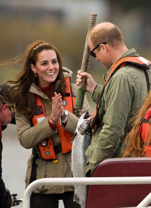 Kuninkaalliset kalareissulla Kanadassa - herttuatar Catherine roikottaa melkoista vonkaletta