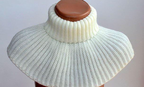 Манишка - это круговой шарф, имеющий узкую часть для горла и расширяющуюся часть, которая закрывает область декольте.