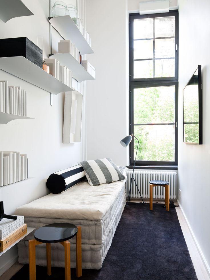 Oscar properties - Bryggeriet - Industriverket #oscarproperties  guest room, bookshelf, new gadgets, windows, work space