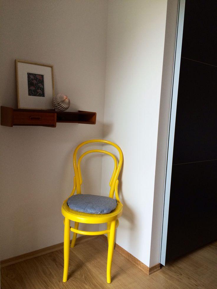 Gammel stol ble ny med gul spraylakk!