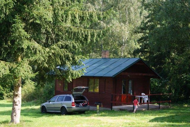 Pronájem chat na břehu řeky u města Sázava 45 km od Prahy.