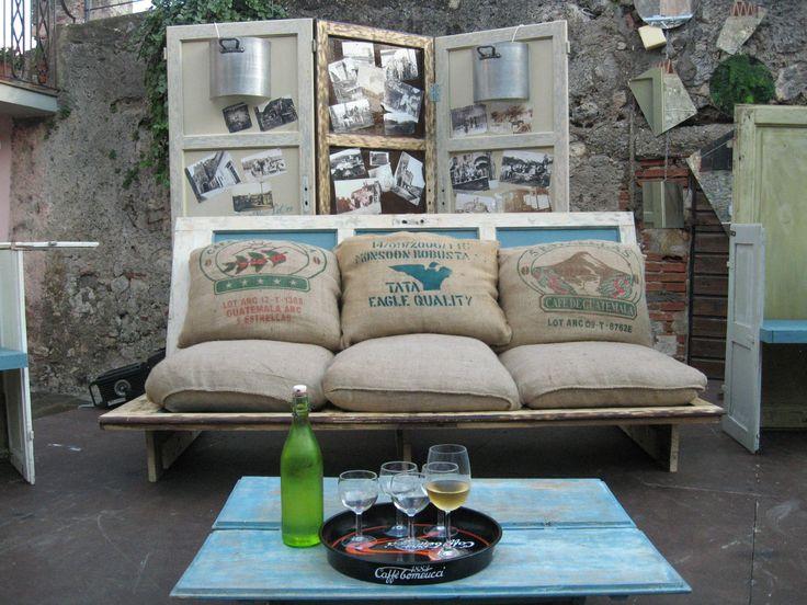 """vecchie porte che diventano un divano ed un paravento decorato.  Scenografie """"Premio internazionale capalbio 2013""""."""
