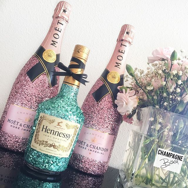 ✨ Life is better when it's covered in #Glitter ✨ • @moetnectarrose & @hennessyofficialpage Glam Bottles  • #Rosé • DM for orders & inquiries  • ❌⭕️ #ChampagneBisou