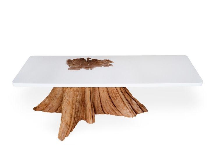 weiße harz Tischplatte und Fuß aus Baumstamm