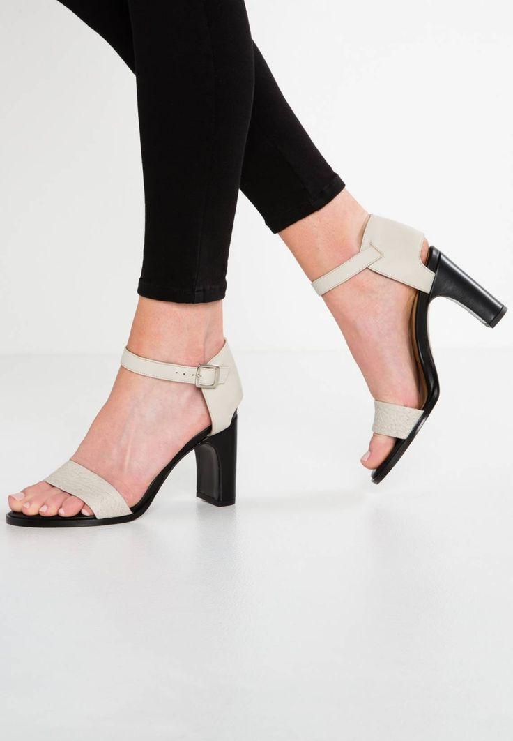 Filippa K. LACEY  - Sandaler med høye hæler - sand. Innermateriale:lær. overmateriale:lær. Såle:Kunststoff/lær. Detalj:Strikk. Mønster:ensfarget. Fôr:tynt fôret. Skotupp:Åpen. Hælhøyde:9 cm i størrelse 37. Dekksåle:lær. Hælform:Blokkhæl. Lukking:Spe...